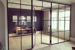 glazen-wand-met-onderverdelingen-en-deur